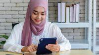 Wanita Muda Muslim Bekerja di Kantor Modern (Credited free-photo)