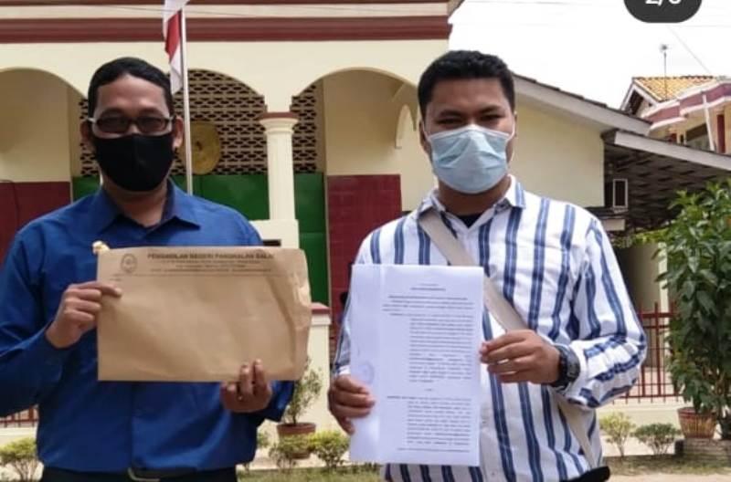 Tampak Widodo SH bersama M Ibrahim Adha SH MH menunjukan Doc Putusan di Depan Gedung PN PAngkalan Balai