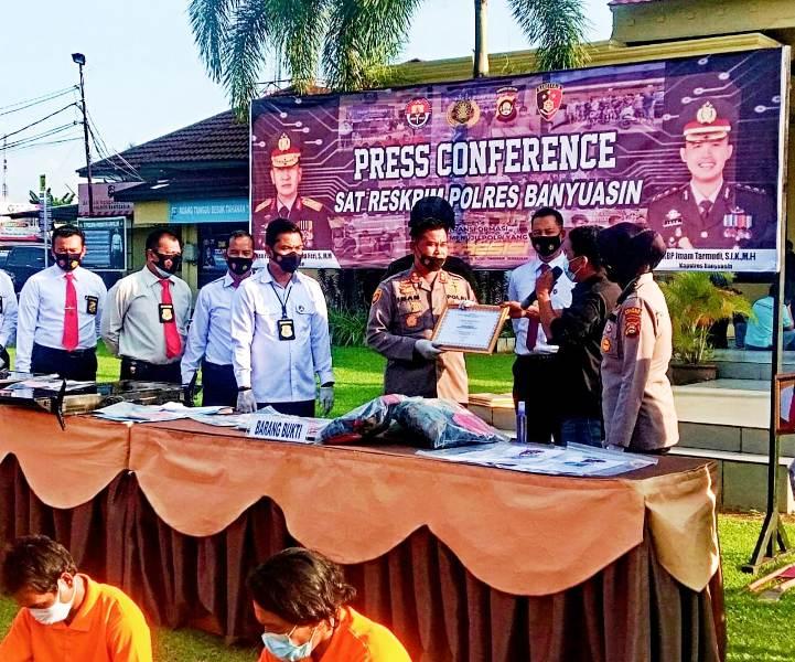 Suasana Press Conference Polres Banyuasin, Terkait Pengungkapan Kasus Per April 2021, Imbaun Tidak Mudik Hingga Penyerahan Piagam dari Msyarakat Pers dan Ormas 1