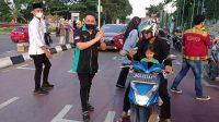M. Oktafiansyah Ketua Garda Bangsa Sumatera Selatan saat membagikan Takjil