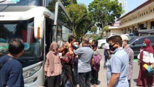 Tampak Hiruk Pikuk warga dan Keluarga yang siap diberangkatkan menuju Palembang juga ikut diatur dan saksikan Kapolres Oku Selatan dalam suasana Penuh keakraban