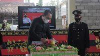 Popo Ali Martopo Lakukan Pemotangan Tumpeng HUT Bhayangkara Ke 75 Di Mapolres Oku Selatan