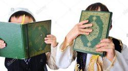 Dua Anak dengan Memegang Kitab Suci Al Quran