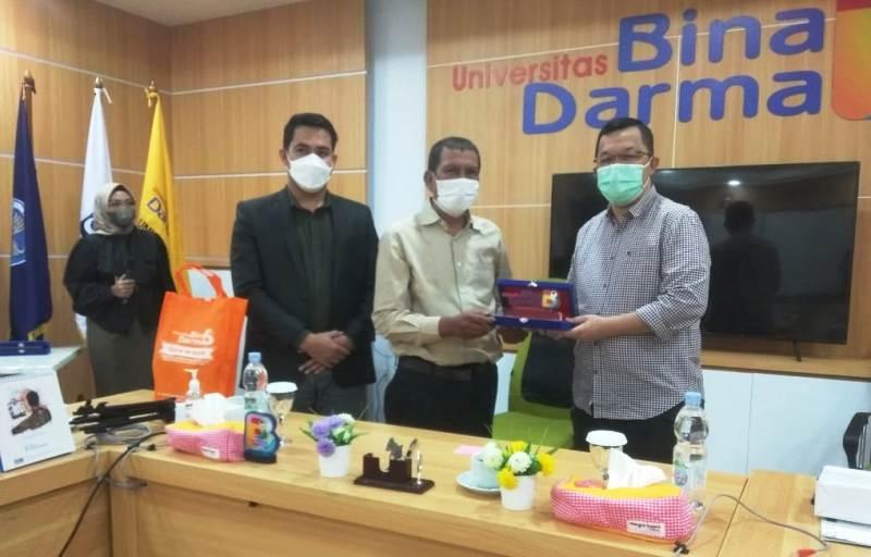 PR III UBD, Hendri Zainudin (kanan) saat Serahkan Kenangan berupa Pelakat Kepada pihak Gesahkita com, Arjeli Sy Jr (Tengah) dalam Acara Silahtuhrahmi sekaligus Penandatanganan MoU