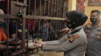 Kapolres Banyuasin dan Jajarannya Berikan Makanan dan Minuman Terhadap Tahanan