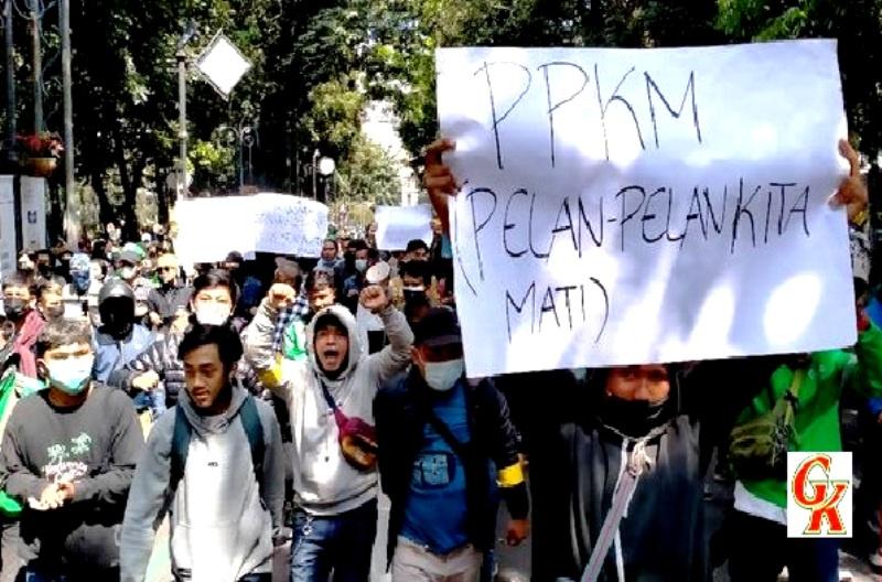 Suasana Demo Tolak PPKM Di Bandung (credited cnn)