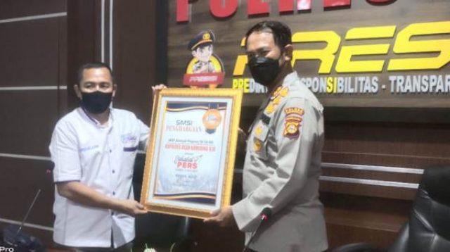 """Suasana Saat Serikat Media Siber Indonesia Kabupaten Ogan Komering Ilir (OKI) memberikan penghargaan""""Sahabat Pers""""kepada Kapolres OKI, AKBP Alamsyah Pelupessy SH SIk MSi."""