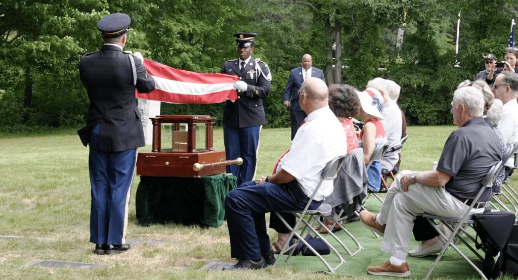 Tampak Suasana Dimana Letnan Satu Robert Parker hilang selama Perang Dunia II ketika pesawatnya jatuh di atas Papua Nugini. 78 tahun kemudian, jenazahnya ditemukan dan tentara tersebut menerima pemakaman khusus pada hari Senin, (09/08/2021)