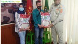 Gerry Iskandar Alamlah Ketua Pemuda Panca Marga Sumatera selatan Saat Memberikan Bantuan Beras Kepada Masyarakat Terdampak Covid 19