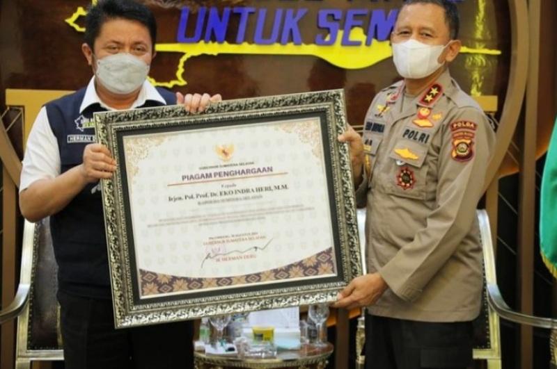 Gubernur Sumsel H Herman Deru Saat Serahkan Piagam Penghargaan Kepada Irjen Pol Prof Eko Indra Heri MM Di Griya Agung
