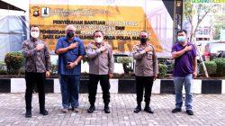 Kapolda Sumsel Irjen Pol Drs Toni Harmanto MH Pose saat Menerima Bantuan secara Simbolis dari ketua Gapkindo Sumsel
