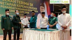 Ketua Pemenangan Pemilu DPP Pusat PKB Gus Jazil saat Menyerahkan Fakta Komitmen Integritas ke Ketua DPC PKB Oku Selatan A Gama Di Hotel Arya Aston Palembang