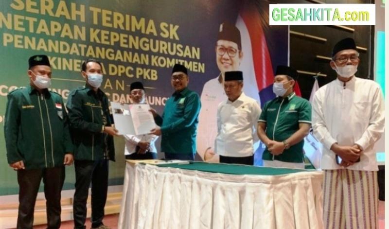 Ketua Pemenangan Pemilu DPP Pusat PKB Gus Jazil saat Menyerahkan Fakta Komitmen Integritas ke Ketua DPC PKB Oku Selatan Ardya Gama Di Hotel Arya Aston Palembang