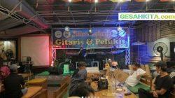 Momen Silaturahmi Gitaris dan Pelukis Di Guns Cafe