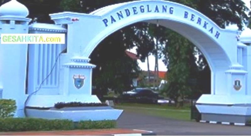 Motto Pandeglang pada gerbang masuk