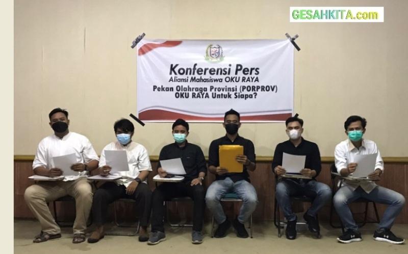 Suasan Saat Aliansi Mahasiswa OKU Raya mengadakan Konferensi Pers yang di gelar di Cafe UP Cofee di jalan mayor salim batu bara sekip palembang, jum'at (17/8/2021).