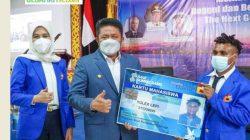 Secara Simbolis HD Menyerahkan Kartu Mahasiswa Program Adik Asal Papua