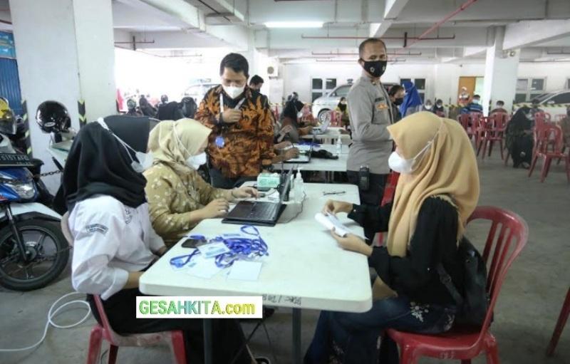Suasana Vaksinasi Serentak Di Aula Kampus UBD Palembang.jpg