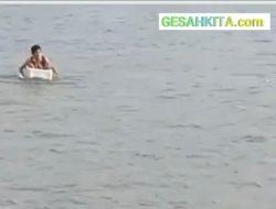 Viral Video Bocah SD Kayuh Stryofoam Seberangi Sungai, Sang Kades Bersuara Keras, Ini..!
