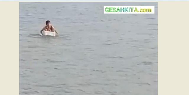 Tangkapan Layar Video Bocah SD Seberangi Sungai