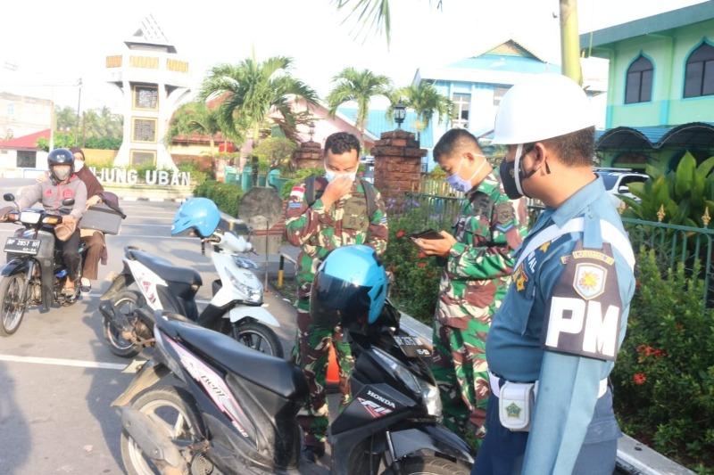 Anggota TNI AL saat Diperiksa Kelengkapan Kendaraanya