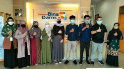 Tampak Pose Bersama Kelima Penerima Manfaat Beasiswa Hafiz Quran Di Lobby Kampus Universitas Bina Darma