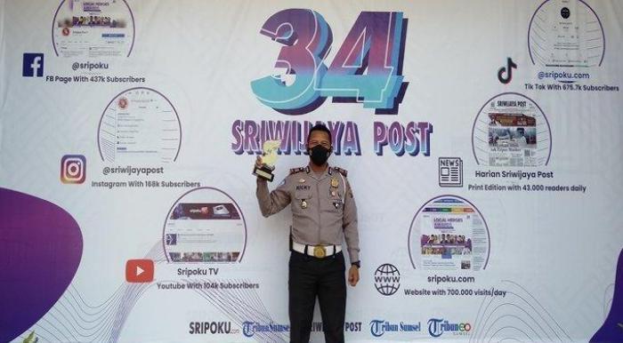 Foto Saat Menerima Lokal Heroes Award Dari Sripo