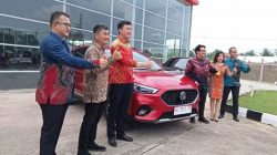 Susana Lauching MG Motor Palembang Pose berlatar Kantor Megah Di Jalan Soukarna Hatta Palembang saat Akan Dilakukan Test Drive Oleh Para Jurnalist Palembnag