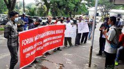 Massa FMBB Orasi Ke DLHK Kota Palembang
