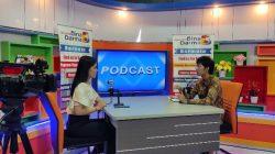 """Suasana Studio Bina Darma TV, kegiatan Podcast Riset & Inovasi yang kali ini mengambil tema, """"Mengajak Masyarakat Kota Palembang untuk Memilah Sampah dari Rumah dengan Menghadirkan Aplikasi untuk Mengembalikan Nilai Berharga Sampah"""