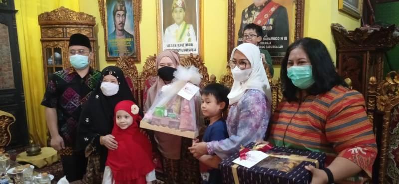 Pose Bersama Ibu Ibu Bayangkara Sumsel Dengan SMB IV Di Istana Kesultanan Palembang Darussalam