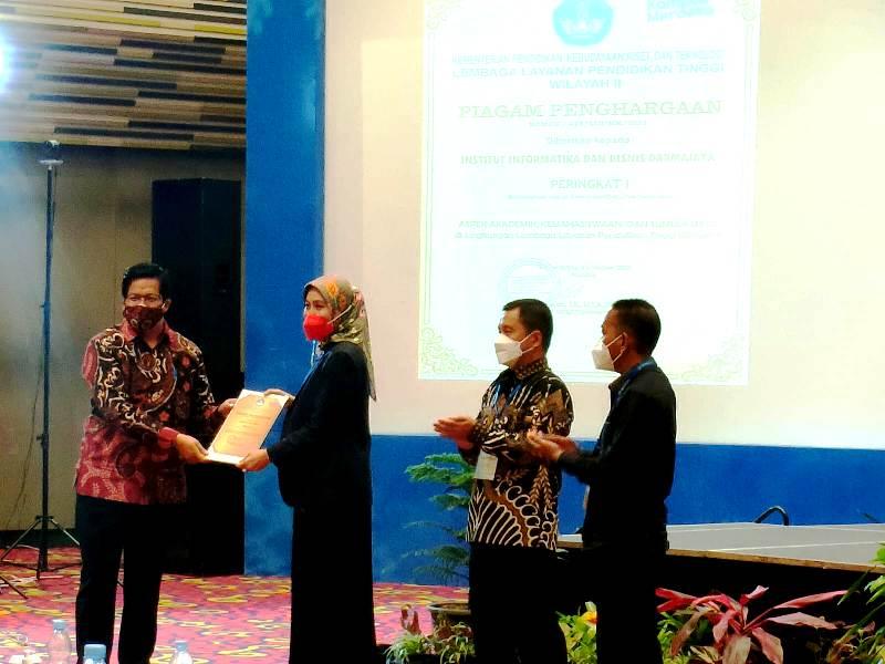 Suasana Saat Universitas Bina Darma mendapatkan 4 penghargaan dari 3 Kategori yang diberikan oleh Lingkungan Lembaga Layanan Pendidikan Tinggi (LLDIKTI) Wilayah 2 pada kegiatan Rapat Kerja Pimpinan PTS LLDIKTI Wilayah 2 di Ballroom Hotel Novotel Lampung tanggal 8-9 Oktober 2021