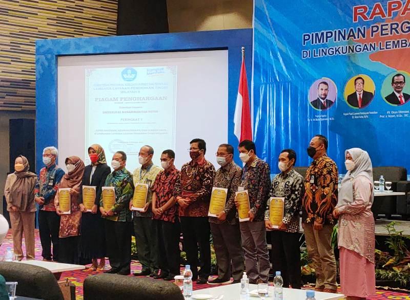 Suasana Pose Bersama Saat Universitas Bina Darma mendapatkan 4 penghargaan dari 3 Kategori yang diberikan oleh Lingkungan Lembaga Layanan Pendidikan Tinggi (LLDIKTI) Wilayah 2 pada kegiatan Rapat Kerja Pimpinan PTS LLDIKTI Wilayah 2 di Ballroom Hotel Novotel Lampung tanggal 8-9 Oktober 2021