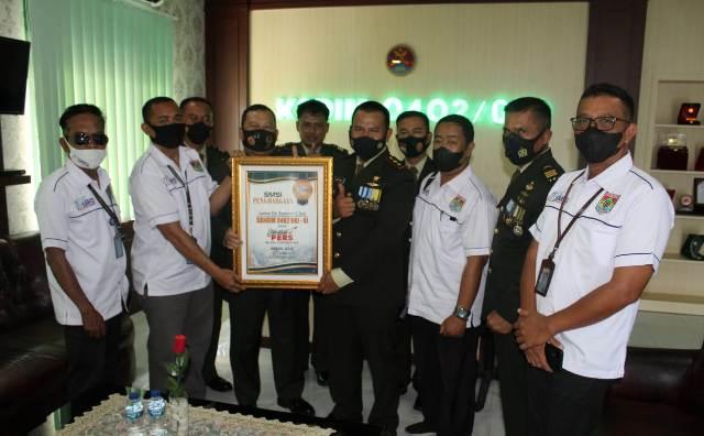 Suasana Saat HUT TNI 76 SMSI Oki Sematkan Sahabat Pers kepada Kodim OkI