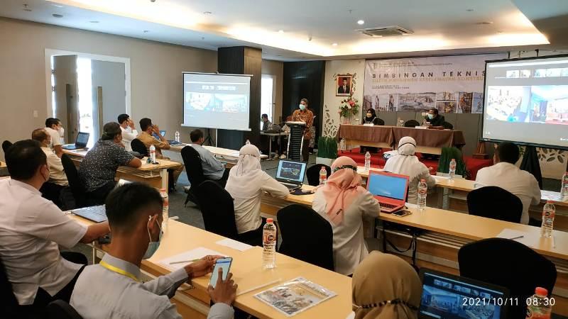 Suasana Saat Kepala Dinas Perumahan, Kawasan Permukiman dan Cipta Karya Prov Jawa Timur (PRKPCK), Ir. Baju Trihaksoro, MM dalam acara Pembukaan Bimbingan Teknis Sistem Manegemen Keselamatan Konstruksi (SMKK) bertempat di Haotel Fave Tuban, Senin (11/10/2021) kemarin.