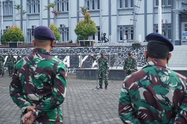 Suasana Saat Komandan Pangkalan Utama TNI Angkatan Laut IV Tanjungpinang (Danlantamal IV Tanjungpinang) Laksamana Pertama TNI Dwika Tjahja Setiawan, S.H., M.H., diawal penugasannya sebagai Danlantamal IV Tanjungpinang beri pengarahan pada saat apel gabungan kepada segenap Prajurit dan PNS Lantamal IV di Lapangan Apel Mako Lantamal IV,