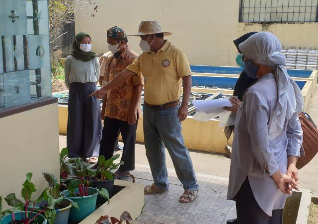Suasana Saat Ketua LP2M Unsri Dr.Syamsuardi ketika melakukan monitoring dan evaluasi (monev) penelitian kompetitif di lahan pertanian urban Prof.Benyamin Lakitan di Palembang, Kamis (7/10).